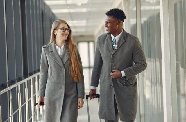 Twee mensen op vliegveld | Groen Rechts