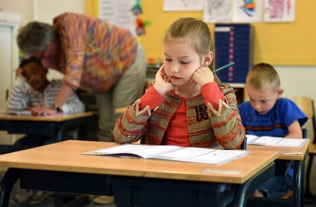 Onderwijs - kind - docent geeft les | Groen Rechts