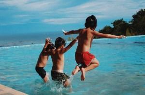 Drie jongens springen in het zwembad | Groen Rechts