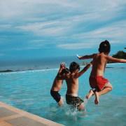 Drie jongens die in het water springen | Groen Rechts